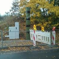 Schicke Tarnfarben. Dennoch gut sichtbar, allerdings zu Ortseingang von Grünberg sehr direkt nach dem Ortsschild. Selten bremst jemand seine 100km/h auf 50km/h runter.