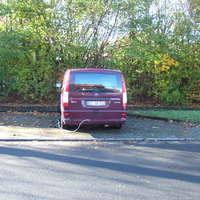 Mobiler Blitzer aus kirschrotem Mersedes Vito mit Kennzeichen EE-GR 712