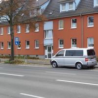 Der ESO-VW T5 Messbus steht getarnt von einem dunklen Pkw in der Parkreihe in Fahrtrichtung stadteinwärts...