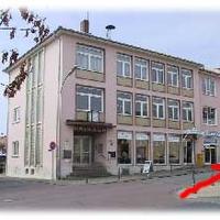 Am Rathaus und ehemaligen Schlecker vorbei in Höhe der Apotheke