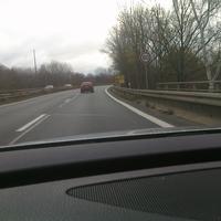 Anfahrt der 80 km/h Zone, leichte Rechtskurve