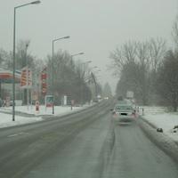 Anfahrt auf die Messstelle. Regensburg, Nordgaustr.  Blauer Skoda Roomster. Trotz heftigem Schneefall wird hier in beide Richtungen geblitzt.