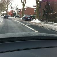 Fotos von vorne und hinten aus dem blauen Touran am rechten Straßenrand
