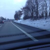 Anfahrt, ESO nach 300m Bake vor dem Teiler B29/B14 Fahrtrichtung Stuttgart. Messfahrzeug: grüner VW Bus rechts hinter Gebüsch versteckt