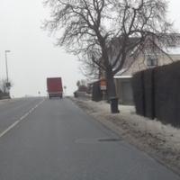 Messaufbau von Baum verdeckt, Messfahrzeug weißer Mercedes Bus FÜ-T1501