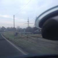 In der Mitte das Messgerät, rechts zu sehen das weiße Messfahrzeug ein VW