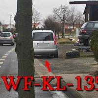 Kurz vorm OA Sickte rechte Seite am alten Sägewerk geparkt steht der silberne Skoda Roomster (WF-KL-135) und versucht sein Glück beim Ablichten der Richtung Braunschweig fahrenden. 50 Kmh sind erlaubt.