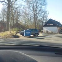 Meßfahrzeug auf dem Parkplatz des Restaurants