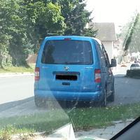So das ist das Blaue Fahrzeug was am Seitenrand steht Richtung Stadtmitte genau beim Schwimmbad