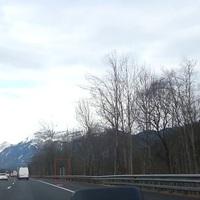 Heck und Front Blitzer mit variabler Geschwindigkeitsüberprüfung. Gleich an der ersten Schilderbrücke nach der Einfahrt Wörgl West Fahrtrichtung Innsbruck. Habe in den letzten Monaten die Blitzer immer wieder in Aktion gesehen ...