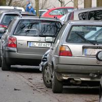 Versteckt in der Reihe parkender Fahrzeuge der Meßwagen SL AR 627