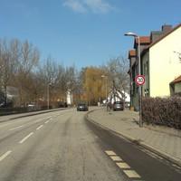 Ortsdurchfahrt Burgweinting. Der Blitzer steht in der Obertraublinger Str. in der 30er Zone. In der Nähe der Fahrschule. Gemessen wird stadteinwärts. Hier die Anfahrt auf die Messstelle.
