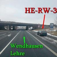Der waldgrüne VW Golf 4 Variant (HE-RW-323), vor der A 2 Brücke bei Wendhausen, Fahrtrichtung Wendhausen / Lehre. 60 kmh erlaubt.