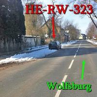der waldgrüne VW Golf 4 Variant (HE-RW-323) in Velpke auf der Oebisfelderstraße in Richtung Wolfsburg gegenseitig geparkt.