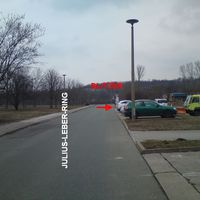 Julius-Leber-Ring nach dem Einkaufszentrum, Blitzer ist hinter einen PKW versteckt.