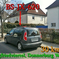Der dunkelgraue Skoda Roomster BS-JX-620 im Siegfriedviertel, Donnerburgweg. 30 km/h.