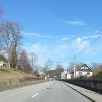 B101 in Raschau-Markersbach, OT Unterscheibe, Fahrtrichtung Scheibenberg. Der Blitzer war in entgegengesetzter Richtung leicht am Messfahrzeug zu erkennen, was auch die eine oder andere Warnung aus dem Gegenverkehr zur Folge hatte. Die war auch nötig, denn die Messung mit dem schlanken Gerät von der anderen Straßenseite aus ließ sich nur mit sehr viel Glück rechtzeitig erkennen.