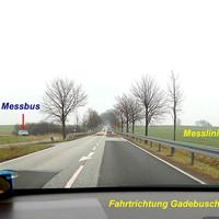 Der graublaue VW-Messbus steht auf dem Feld von Roggendorf kommend zu sehen... Der ES 3.0 Sensor oberhalb der Leitplanke in Fahrtrichtung Roggendorf Rot gestrichelt ist die Messlinie des ES 3.0 markiert...