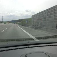 Rentable Stelle, kurz nach 100Km/h Limit. Wer sich reinrollen lässt, ist dabei.  150m vor Ausfahrt Leonberg West aus Karlsruhe kommend. Weißer Meßbus TÜ-VY393,  ziviler Abfangjäger BMW 5 mit aufgesetztem Blaulicht steht im Hintergrund bereit.