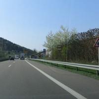 ESO 3.0 Lichtschranke direkt an der B29 Ausfahrt Plüderhausen Fahrtrichtung West, aus Schwäbisch Gmünd kommend. In der Anfahrt vor der graffitiverzierten Mauer nur schwer zu sehen. Limit 120. Das Messfahrzeug ist hinter der Lärmschutzmauer versteckt.
