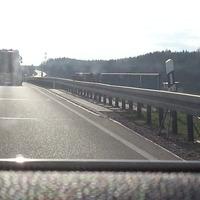 Standardmesspunkt im 3 spurigen Bereich hinter der Tunnelausfahrt in Richtung Löffingen/ Freiburg. Zeitungsberichten zufolge liegen die Spitzenreiter regelmäßig bei 150-170 Km/h. Auf dem Bild ist gut zu erkennen, dass die Messung bei tiefstehender Sonne sehr spät zu erkennen ist.