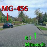 Der dunkelblaue VW Golf 4 Variant in der Ortsdurchfahrt Klein Lafferde gegenseitig geparkt, er blitzt in Richtung B 1 Kreuzung / Münstedt. 50 kmh.