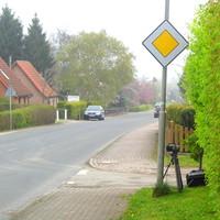 Das Videoaufzeichnungsgerät LEIVTEC XV 3 mit Batterie auf Statv am Laternenpfahl  in der Ortsdurchgangsstrasse am Ortseingang in Rtg. Ortsmitte / B208 / Lübeck...