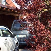 """Der in einer privaten Grundstückseinfahrt vollkommen versteckte blau-graue VW Caddy (HN-O 5548). In ihm sind normalerweise die Geräte vorne und hinten eingebaut. Die Fa. ERA misst auch in Veitshöchheim (mit Gadheim), Höchberg und Winterhausen sowie dem anderen Rimparer Ortsteil Maidbronn und natürlich in Rimpar selbst. Weitere Bilder siehe beim Mod """"blitzer_in_franken""""."""