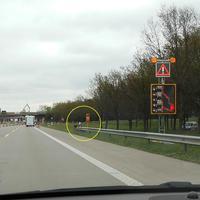"""Gut getarnt am Ende der Leitplanke bei der """"Notrufsäule"""" PoliScanSpeed mit 2 Extra-Rotlichtern in Fahrtrichtung Fehmarn im 60 Km/h Bereich der Fahrbahnverschwenkung... Der silberne VW Caddy mit den """"Messdienern"""" steht rechts im Grünen..."""
