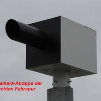 Kamera-Atrappen-Gehäuse auf dem Pfahl angeschraubt. Installiert an der rechten Fahrspur aus Richtung Travemünde...