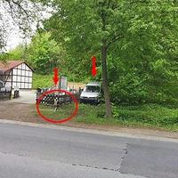 Der Blitzer in Goslar, auf der Hildesheimer Straße in höhe von Aldi in Fahrtrichtung Baßgeige. 5o kmh sind erlaubt. Das externe Blitzgerät aus dem silbernen VW Caddy steht am Zaun (rot umrandet).