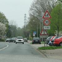 der Golf des LK Peine, jetzt mit dem Kennzeichen des Opels! Rtg Norden fahrend wurde gemessen, andere Seite ist aber auch möglich! Relativ auffällig geparkt!