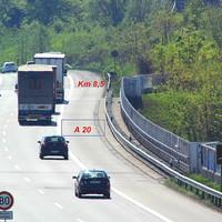 Ansicht aus der Ferne. Am Ende der Trave-Brücke im Kreis markiert steht das PoliScan von Vitronic mit 2 Rot-Blitzern in Fahrtrichtung Lübeck-Genin vom Kreuz Lübeck kommend,,,
