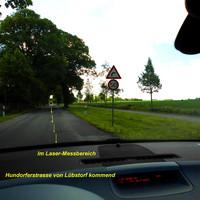 Hier gilt Tempo 50 Km/h und man befindet sich bereits im Messbereich des Lasergerätes. Im gelben Kreis markiert der Standort des Laser-Kommando der Polizei...