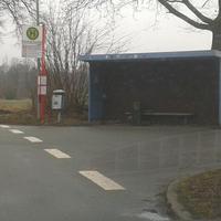 Bliter steht in der Bushaltestelle!