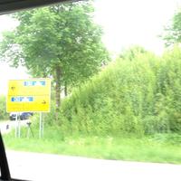 Leivtec XV3 steht unter dem Verkehrsschild an der Kreuzung Richtung Lübeck.
