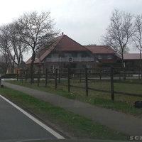 Leivtec XV3 am Leitpfosten, Zusatzblitz rechts am Holzzaun