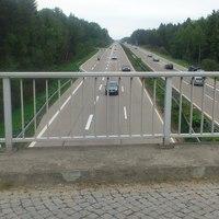 """Unter anderem von dieser Brücke """"beobachten"""" die Herren vom Landkreis Heidekreis regelmäßig den Verkehr zwischen Walsrode und Bispingen. Dort sind wenn ganz """"Normal"""" zwei Spuren befahren werden 120km/h erlaubt, wird der Seitenstreifen temporär freigegeben (häufig Freitags) sind nur 100km/h erlaubt."""