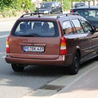der Opel (PE BK 437) auf der Ilseder einwärts zwischen parkenden Autos, schwierig zu sehen!