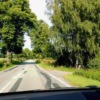 Im roten Kreis Kamera und Blitzer, im gelben Kreis der ES 3.0 Sensor dahinter im grünen Gebüsch versteckt der Messbus...