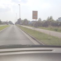 ca.5 m Abstand vom Fahrbahnrand, am Richtungshinweisschild.