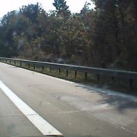 Dieses mal blitzen nicht die altgedienten Herren vom Landkreis (von der Brücke, LEIVTEC XV3) sondern die Polizei (unter der Brücke, ESO 3.0). Herzlichen Dank an die beiden Polizisten für die Demonstration und das nette Gespräch ! Erlaubt waren 100km/h Richtung Hannover, ausgelöst wurde bei 125km/h, Spitzenreiter war in den 5 Minuten in denen ich im Messwagen saß ein Herr mit Sonnenbrille aus dem Kreis Storman mit 140km/h. Ich bitte die Unscharfe Aufnahme und die dreckige Frontscheibe zu entschuldigen.