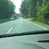 Direkt vor Eisenbahnbrücke, Einsatzfahrzeuge steht im Feldweg rechts versteckt
