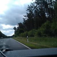 Hier das 100 km/h Schild vor der Meßstelle. Diese befindet sich ungefähr in Höhe des entgegenkommenden Wohnmobils.