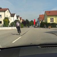 Grüner Opel Astra Kombi. Tempo 30 Zone. Messung in beide Fahrtrichtungen.
