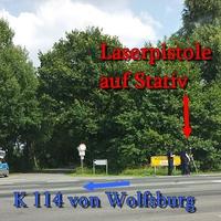 Laserpistole auf Stativ auf der K 114 von Wolfsburg kommend. In der 70iger Zone in höhe des Dannenbütteler Weges.