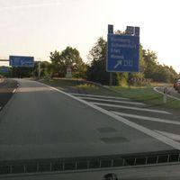 PSS auf der A7 direkt nach dem Abzweig der A70 imho eine Abzockstelle, die Gefahrenstelle liegt 500 Meter früher, wo die Fahrzeuge sich auf die Ausfädelspur Richtung Schweinfurt sortieren. Meßfahrzeug Roter Caddy im Gebüsch versteckt.