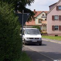 Der Messwagen: weißer Mercedes-Bus, FÜ-T 1501, abseits in der Echterstraße geparkt