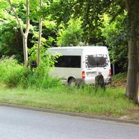 """Silberner Hochdach-Ford-Transit RZ-MZ 456 steht in der paralell verlaufenden alten Salzstrasse der B 207 mißt mit ES 3.0 und blitzt in beide Fahrtrichtungen aus mit """"Tarnnetzen"""" versehenen Geräten..."""