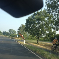Diesmal von Rodenbach kommend. Messfahrzeug rechts im Gras zu sehen. Der rote Pfeil zeigt die Position des Blitzers.